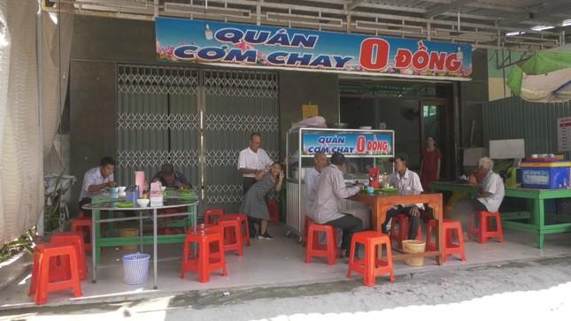 Khach den an tai Quan com chay 0 dong.JPG