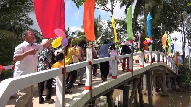 Người dân và trẻ em phấn khởi qua cầu.jpg