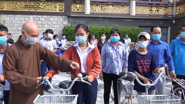 thượng tọa Thích Thiện Thành trụ trì chùa Kim Tiên trao xe đạp cho các em học sinh.bmp