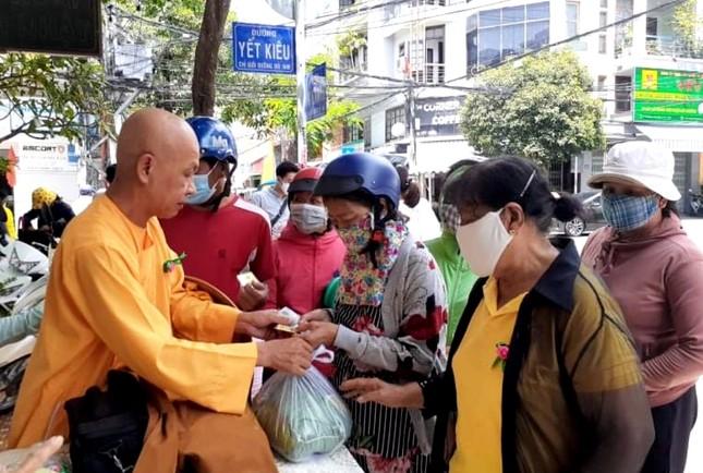 HT Thích Quảng Tâm và nhóm Khatoco trao quà cho bệnh nhân nghèo.jpg