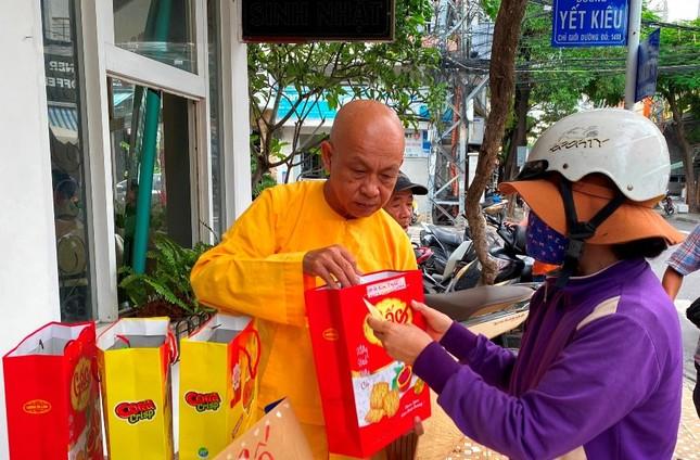 HT. Thích Quảng Tâm trao quà đến gia đình bệnh nhân thận.jpg