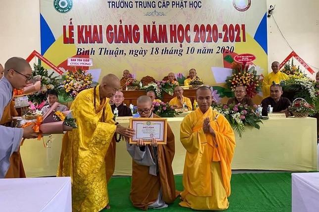5- HT Thich Hue Tanh trao phan thuong cho Tang Ni Sinh dat ket qua cao trong hoc tap.jpg