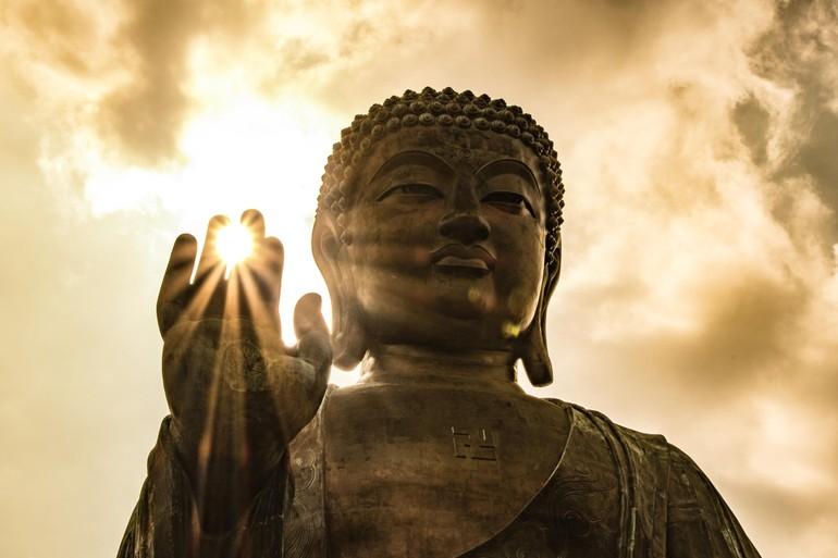 Đức Phật Thích Ca chứng Túc mạng minh, Ngài biết tất cả kiếp quá khứ Ngài từng làm gì và ai là người thân hay người nghịch với Ngài, nên Phật giải quyết tất cả mọi việc hoàn toàn tốt đẹp.