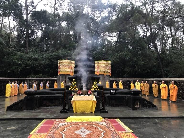 Tảo tháp Tổ sư Liễu Quán là một trong những nếp sinh hoạt truyền thống của Phật giáo ở cố đô