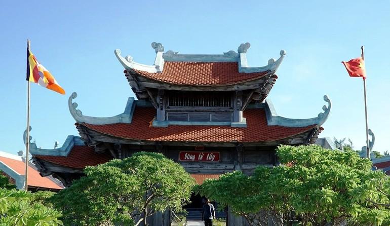 Chùa trên đảo Song Tử Tây - Ảnh: Báo Nghệ An