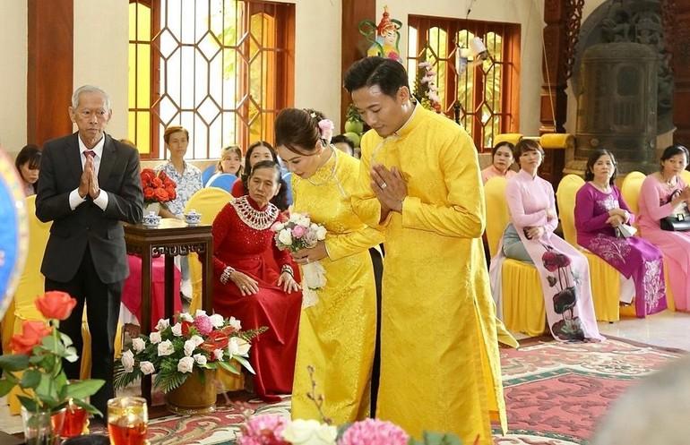 Lễ hằng tuần của Quý Bình và Ngọc Tiền tại chùa Chơn Giác - Ảnh: BbQB