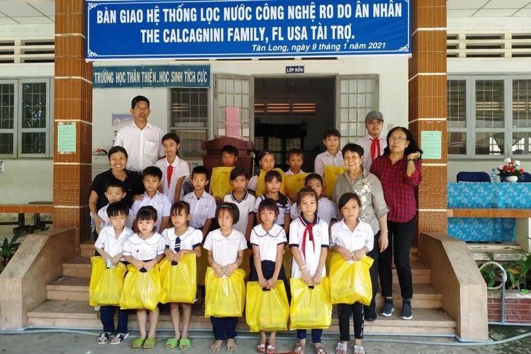 Trao quà đến các cháu học sinh trường tiểu học Tân Long
