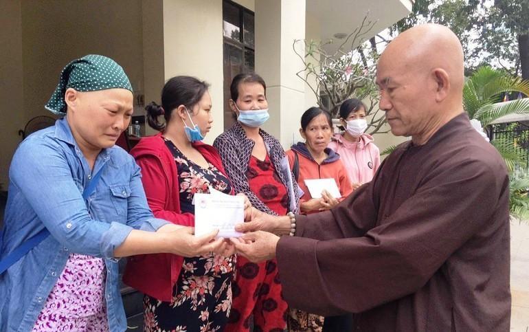 Hòa thượng Thích Tâm Viên trao tiền ủng hộ của bạn đọc, mạnh thường quân đến các bệnh nhân