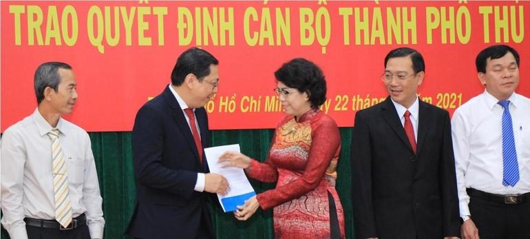 Bà Tô Thị Bích Châu trao quyết định thành lập Uỷ ban MTTQVN TP.Thủ Đức lâm thời