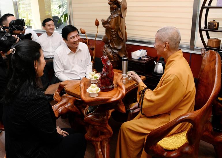 Hòa thượng Thích Trí Quảng tiếp ông Nguyễn Thành Phong và phái đoàn