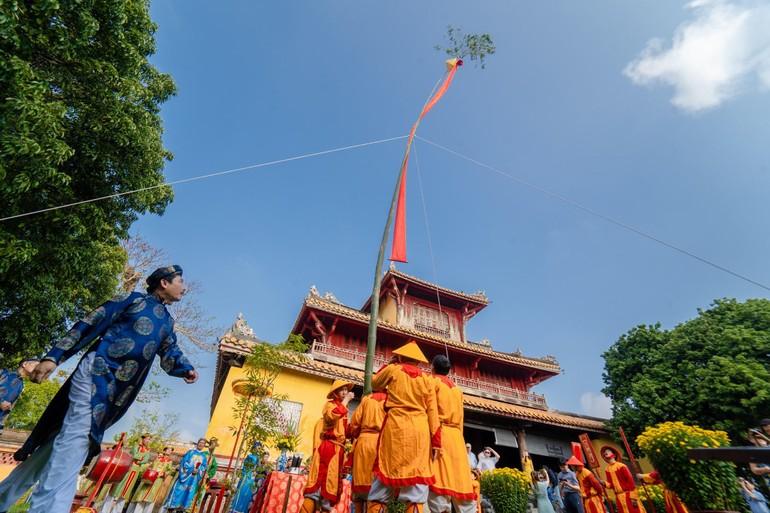 Tái hiện lễ dựng cây nêu ở hoàng thành, cố đô Huế - Ảnh: Cố đô Huế