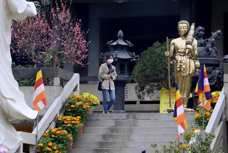 Người dân ý thức đeo khẩu trang khi đến chùa lễ Phật (ghi nhận tại chùa Vĩnh Nghiêm, quận 3) - Ảnh: Bảo Toàn