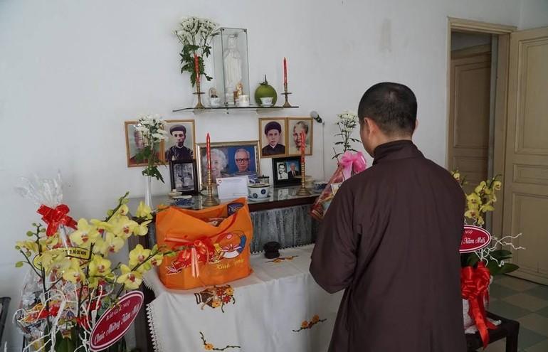Thượng tọa Thích Tâm Hải thắp hương tưởng niệm cố cư sĩ Võ Đình Cường và phu nhân