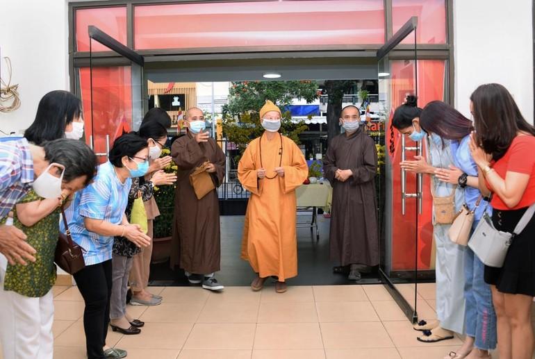 Trưởng lão Hòa thượng Thích Trí Quảng đến trụ sở tòa soạn Báo Giác Ngộ sáng mùng 4 Tết - Ảnh: Bảo Toàn