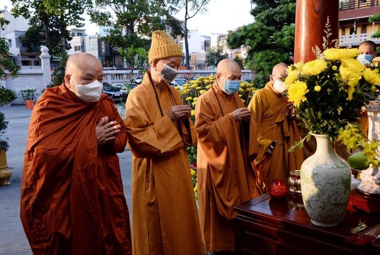 Thắp hương cầu nguyện đầu năm tại Việt Nam Quốc Tự
