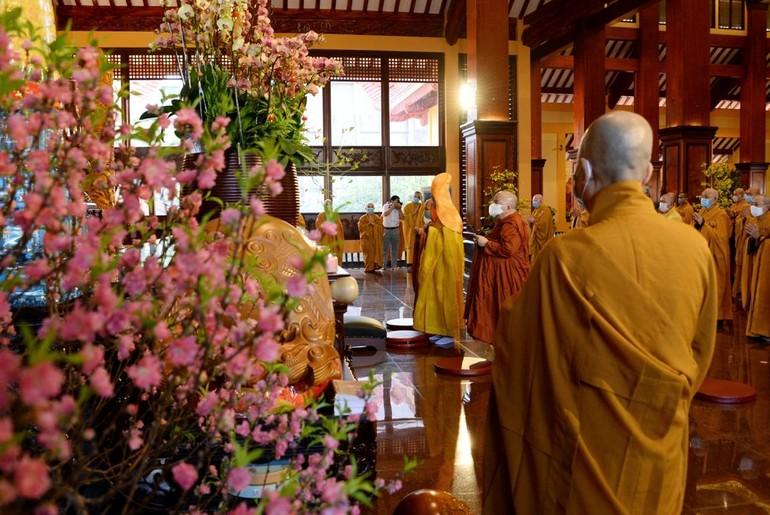 Chư vị giáo phẩm niêm hượng bạch Phật tại chánh điện Việt Nam Quốc Tự