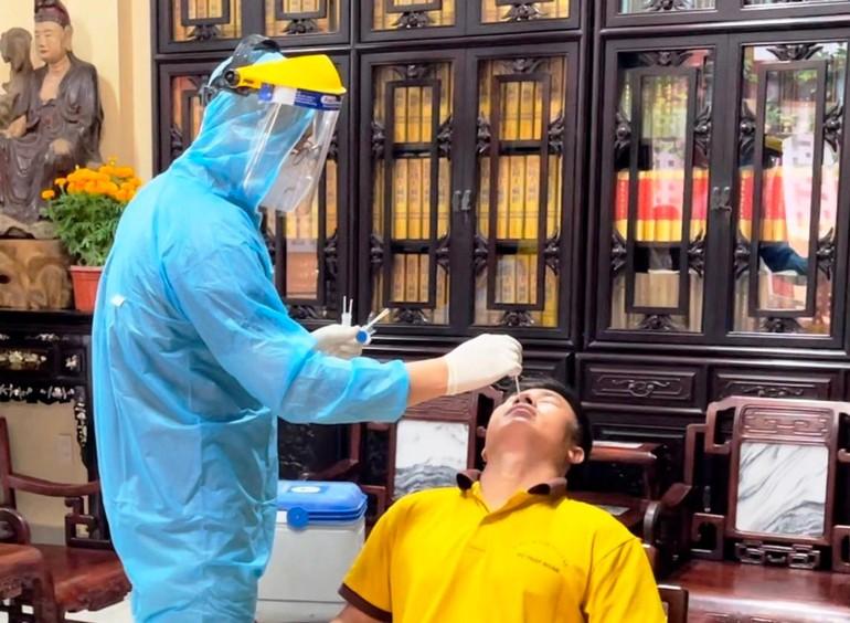 Nhân viên y tế lấy mẫu xét nghiệm tại chùa Viên Giác chiều 20-2-2021