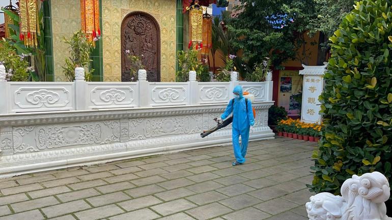 Phun thuốc khử khuẩn toàn bộ khuôn viên chùa Viên Giác (quận Tân Bình)