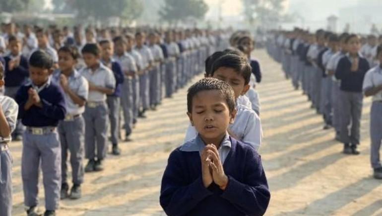 Các em học sinh thành kính niệm Phật, đọc 5 giới căn bản trước khi vào lớp học