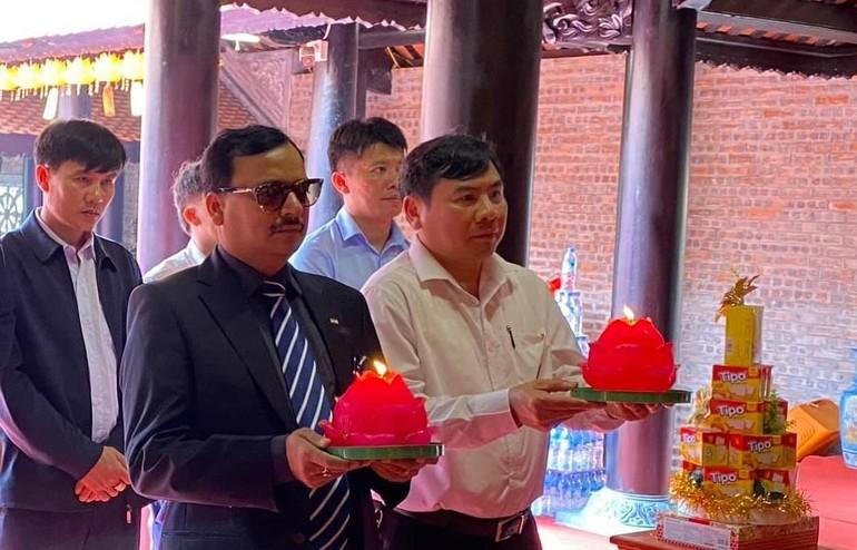 Phó Đại sứ Ấn Độ Subhash P. Gupta dâng hương, nến tại chính điện chùa Chí Linh