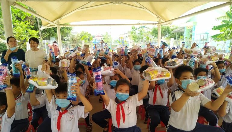 Các cháu học sinh tiểu học Mỹ Phú nhận quà