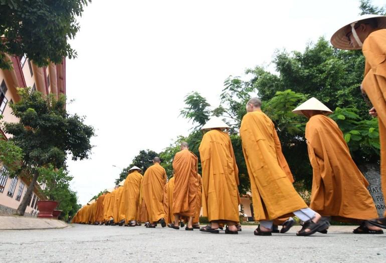 Tăng Ni sinh Học viện Phật giáo Việt Nam tại TP.HCM trong giờ thiền hành