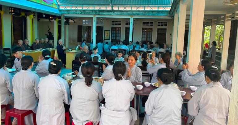 Chư Tăng và Phật tử trong bữa cơm chánh niệm tại chùa Phật Học