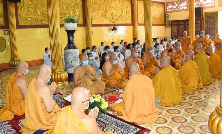 Chư Tăng và Phật tử tụng kinh