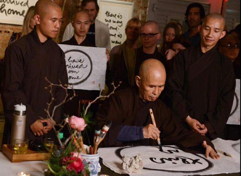 Thiền sư Thích Nhất Hạnh viết thư pháp - Ảnh: Làng Mai