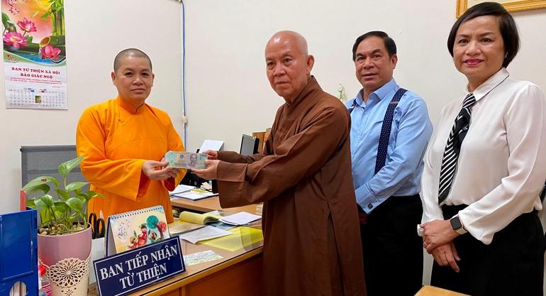 Đại đức Thích Tâm Huệ và các Phật tử chùa Hoằng Pháp trao tiền ủng hộ tại văn phòng Ban Từ thiện xã hội Báo Giác Ngộ - Ảnh: Tuyền Cherry