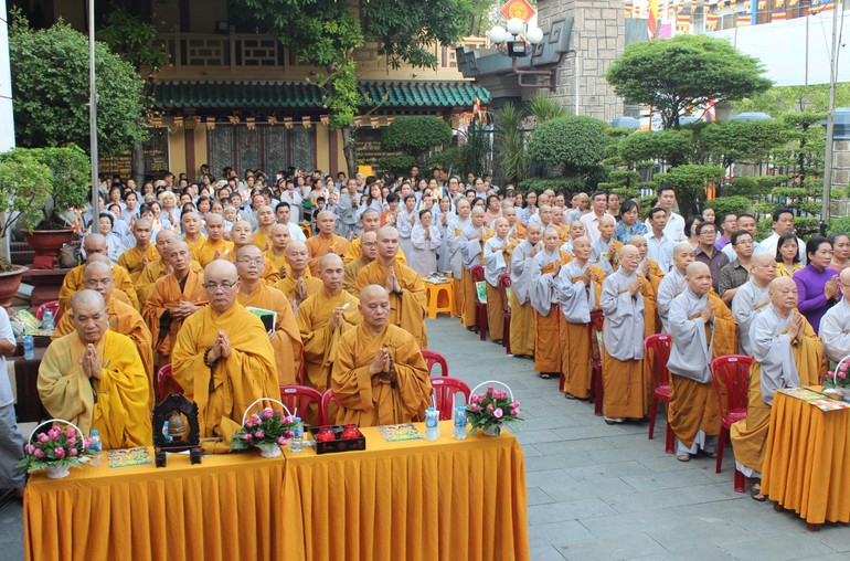 Chư Tăng Ni, Phật tử tham dự lễ Phật đản tại tổ đình Ấn Quang - quận 10