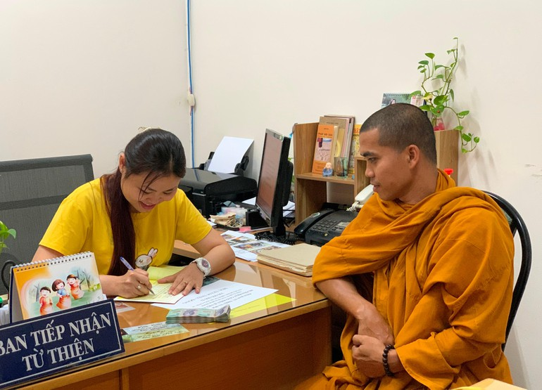 Đại đức Thích Minh Trang tại văn phòng Ban Từ thiện xã hội Báo Giác Ngộ - một trong các điểm tiếp nhận