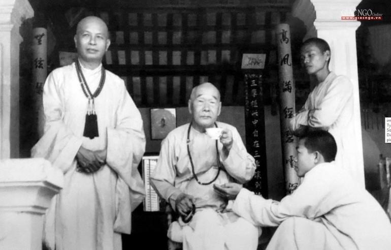Hòa thượng Thích Trí Thủ (đứng bên trái) với Đức Đệ nhất Tăng thống - Đại lão Hòa thượng Thích Tịnh Khiết