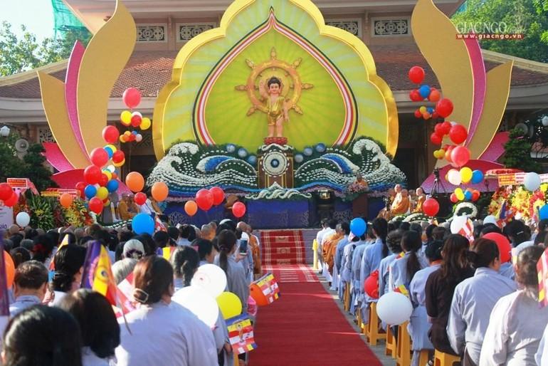 Lễ đài kính mừng Phật đản tại huyện Hóc Môn - Ảnh: Quảng Hậu