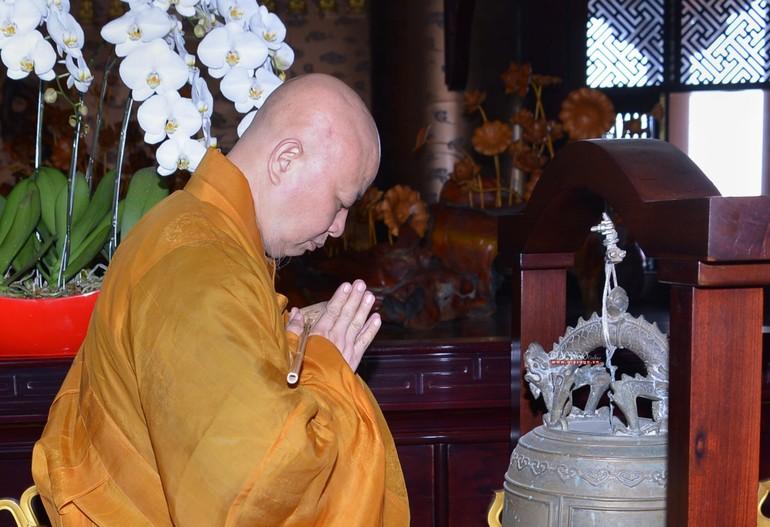 Hòa thượng Thích Lệ Trang thực hiện nghi thức khai chung bảng trong Đại giới đàn Trí Đức tại chùa Huê Nghiêm - Ảnh: Yên Hà/BGN