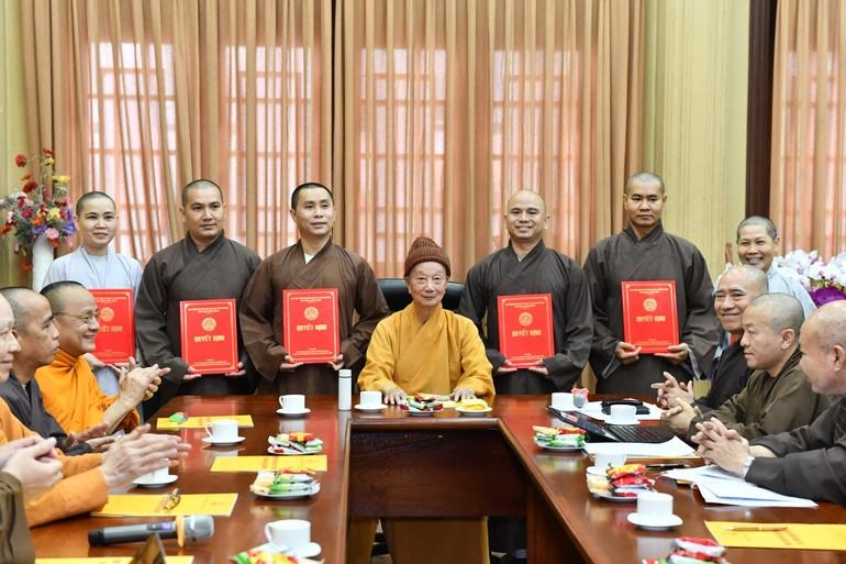 Nhân sự mới bổ sung, điều chuyển được trao quyết định trong phiên họp của Hội đồng Điều học Học viện Phật giáo VN tại TP.HCM - Ảnh: Ngộ Trí Thuận