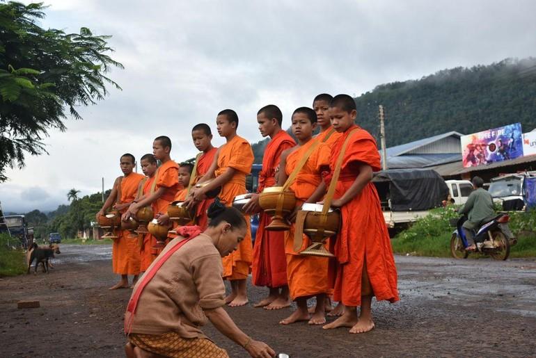 Chư Tăng tại Lào theo truyền thống Nam tông, vẫn duy trì hạnh trì bình khất thực mỗi ngày