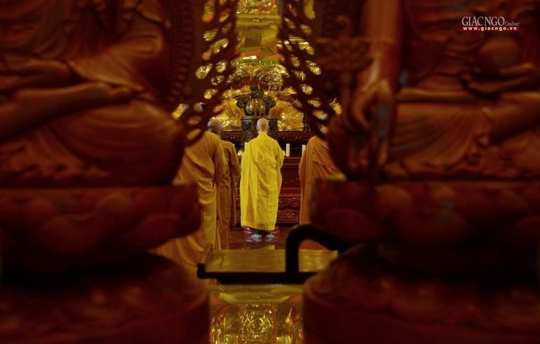Mùa an cư dâng cúng Phật hương hoa trí tuệ và đạo hạnh