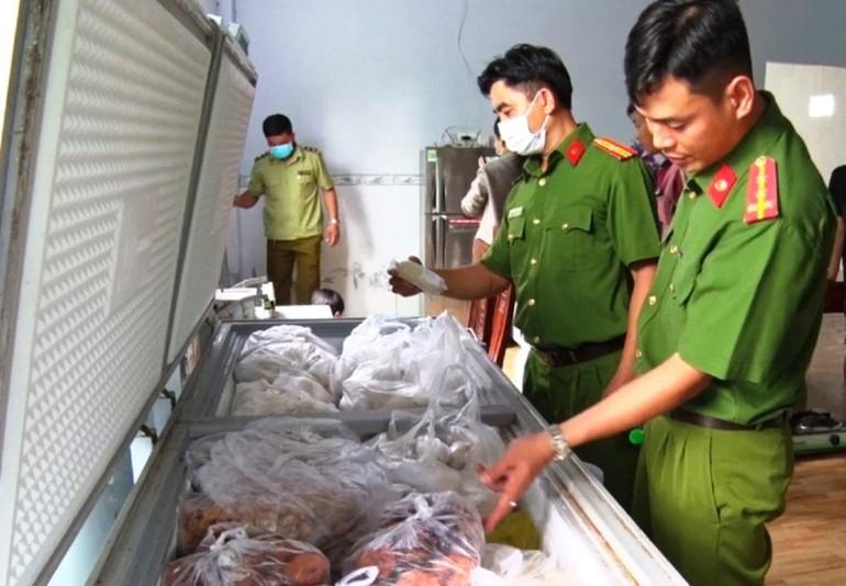 [Clip] Bắt giữ hơn 3.000 kg chả đòn chay nghi trộn thịt, cá