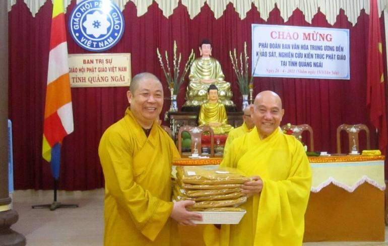 Trao quà cúng dường đến Ban Trị sự GHPGVN tỉnh Quảng Ngãi