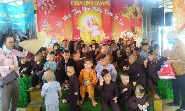 Tặng quà đến các cháu mồ côi được quý sư cô chùa Linh Quang nuôi dưỡng
