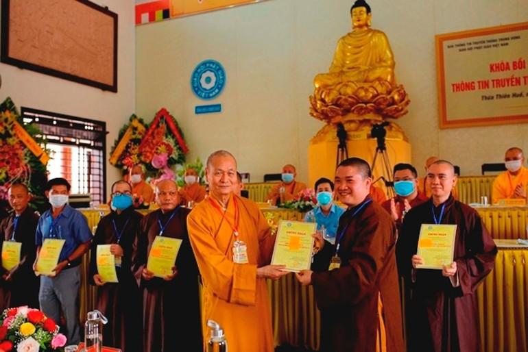 Hòa thượng Thích Hải Ấn, Phó ban Thông tin - Truyền thông Trung ương GHPGVN trao chứng chỉ cho các học viên