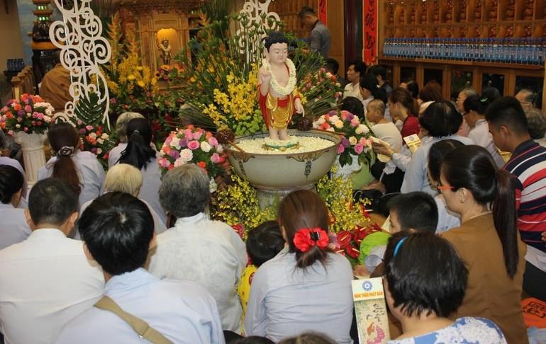 Lễ Tắm Phật tại chùa Vạn Phật