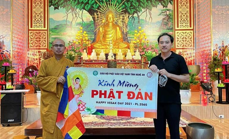 Phật tử về chùa Đức Hậu nhận cờ Phật giáo và bandrol mừng Phật đản