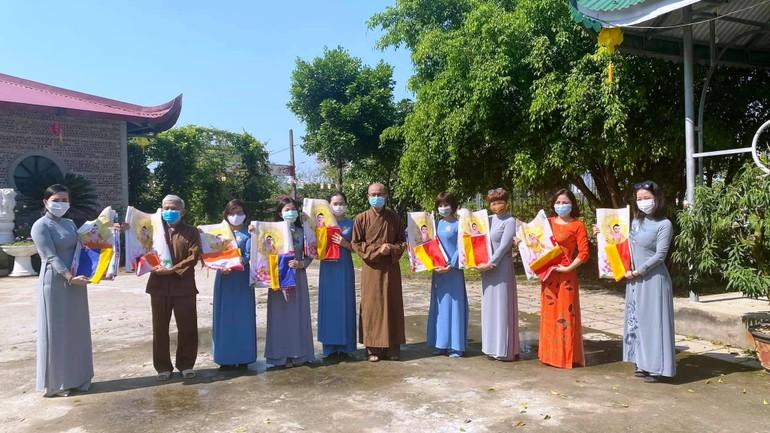 Phật từ về chùa Đức Hậu (TP. Vinh) nhận cờ Phật giáo và bandrol Kính mừng Phật đản