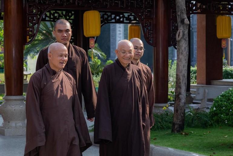 Thượng tọa Thích Giác Dũng hướng dẫn Hòa thượng Thích Minh Thông thăm cơ sở nội trú của Tăng sinh tại tu viện Vĩnh Nghiêm