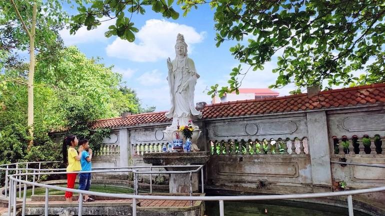 Tôn tượng Bồ-tát Quán Thế Âm được đặt gần sát đường dân sinh, gần gũi với dân làng