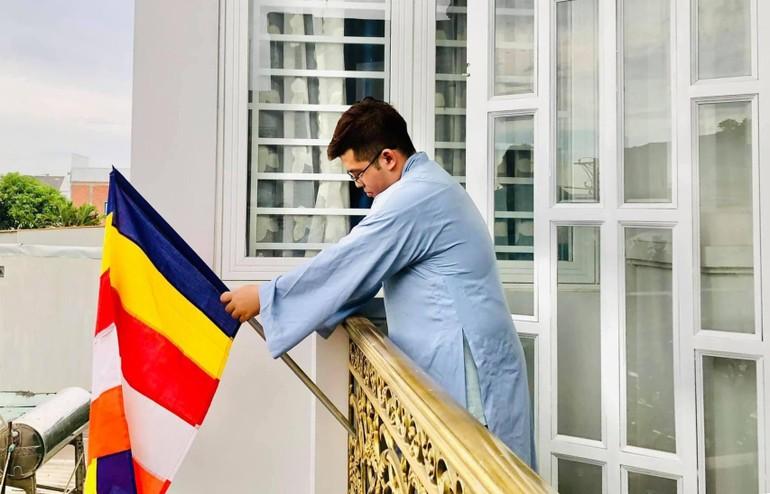 Phật tử ở TP.Thủ Đức treo cờ Phật giáo mừng Phật đản và kỷ niệm 40 năm thành lập GHPGVN - Ảnh: Ng.Truyền