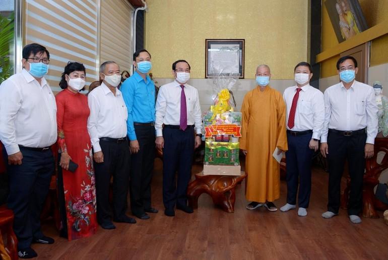 Trưởng lão Hòa thượng Thích Trí Quảng chụp ảnh lưu niệm cùng ông Nguyễn Văn Nên tại chùa Huê Nghiêm