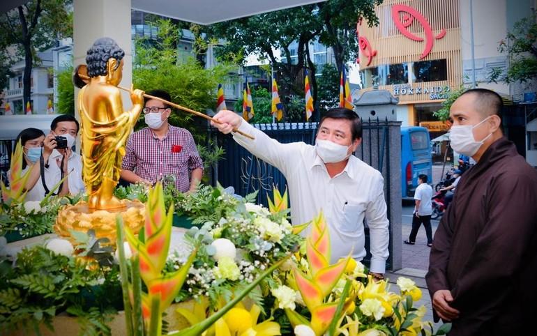 Chủ tịch UBND TP.HCM Nguyễn Thành Phong tắm Phật tại trụ sở toà soạn Báo Giác Ngộ